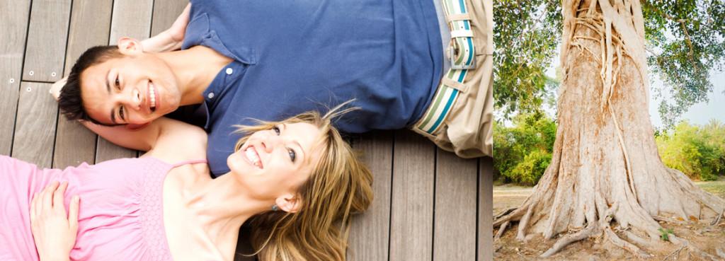 Zwei Menschen auf Holzdielen in der Sonne liegend, Kopf im Arm des anderen.